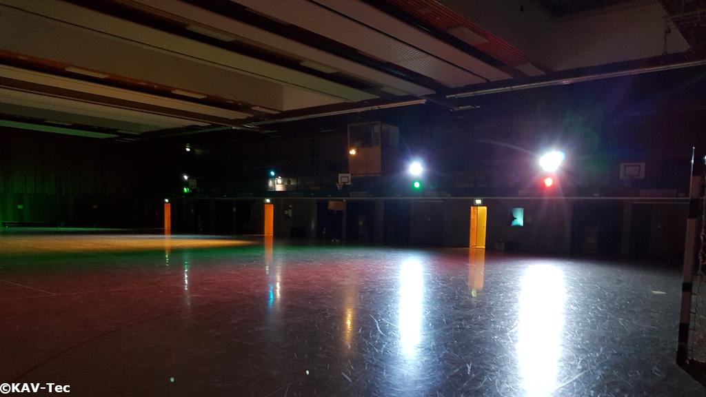 Dunkel Bunt beleuchtete Sporthalle